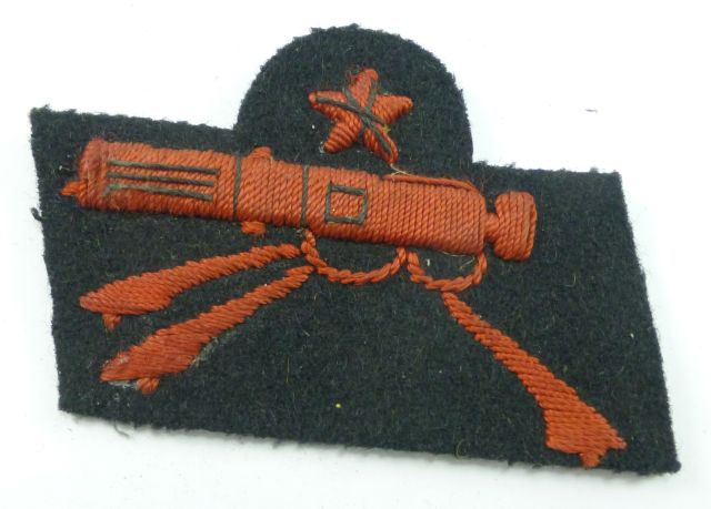 34 WW2 Italian Expert MG Cloth Badge In Red