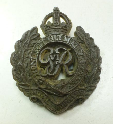 WW2 Royal Engineers Bakelite Cap Badge