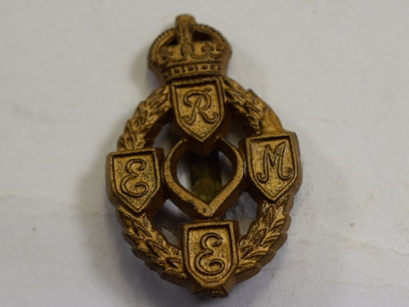 42 Good Original WW2 REME Plastic Economy Cap Badge