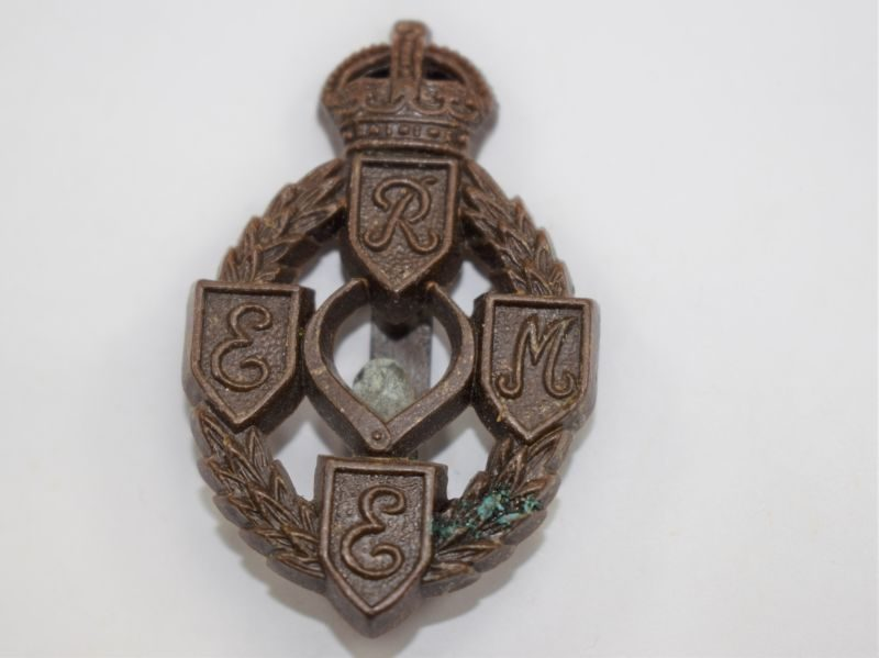 Good Original WW2 Wartime Economy Plastic Badge to the REME