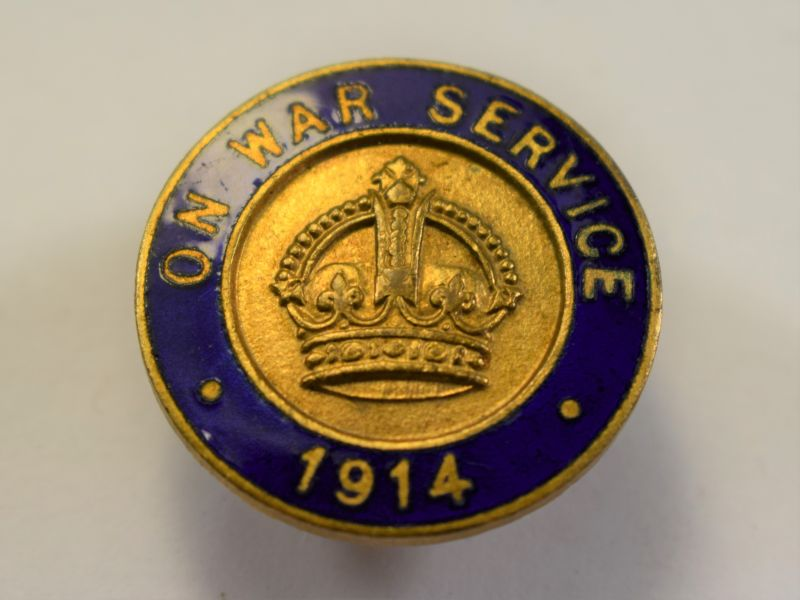 AAL) Excellent Original WW1 On War Service 1914 Enamel Lapel Badge