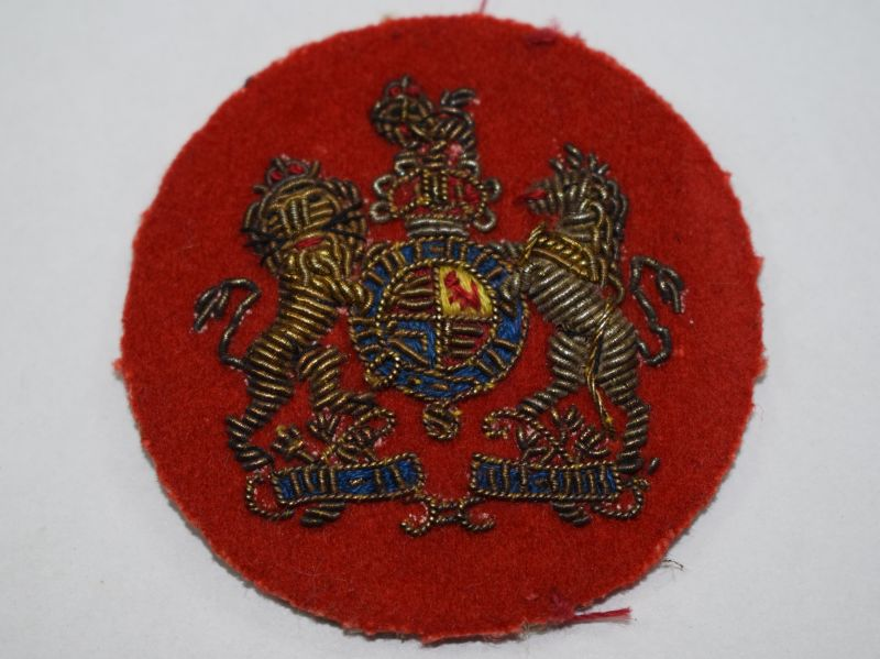 24) Original WW2 WO cloth badge red circle with coat of arms