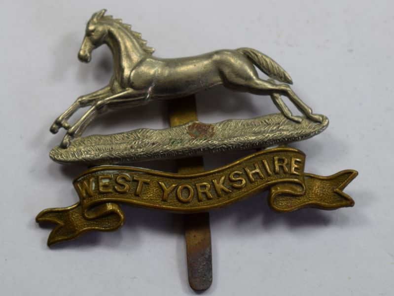56) Original WW1 WW2 West Yorkshire Regiment Cap badge