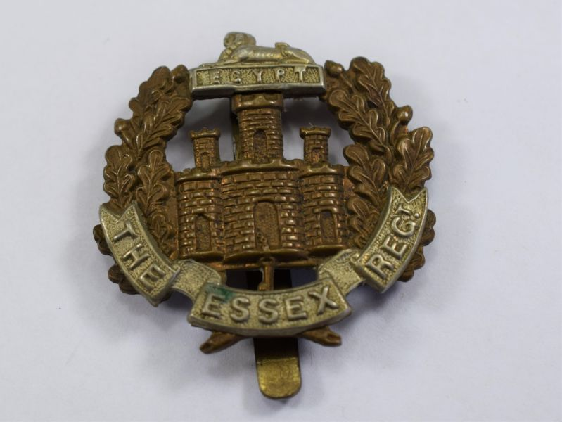 81) Excellent Original WW1 WW2 Essex Regiment Cap Badge