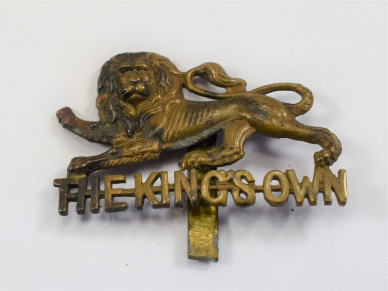 90) Excellent Original WW1 WW2 The Kings Own Royal Lancs Cap Badge