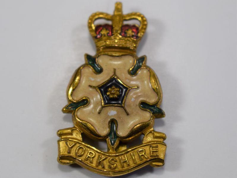 110) Excellent Post War Yorkshire Brigade Officers Enamelled Cap Badge J.R.Gaunt