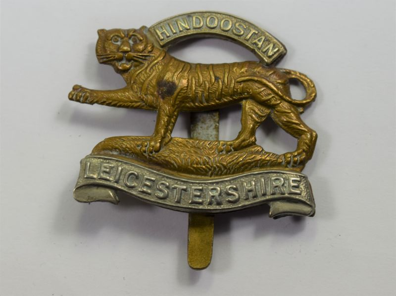 71) Good Original WW1 WW2 Leicestershire Regiment Bi-Metal Cap Badge