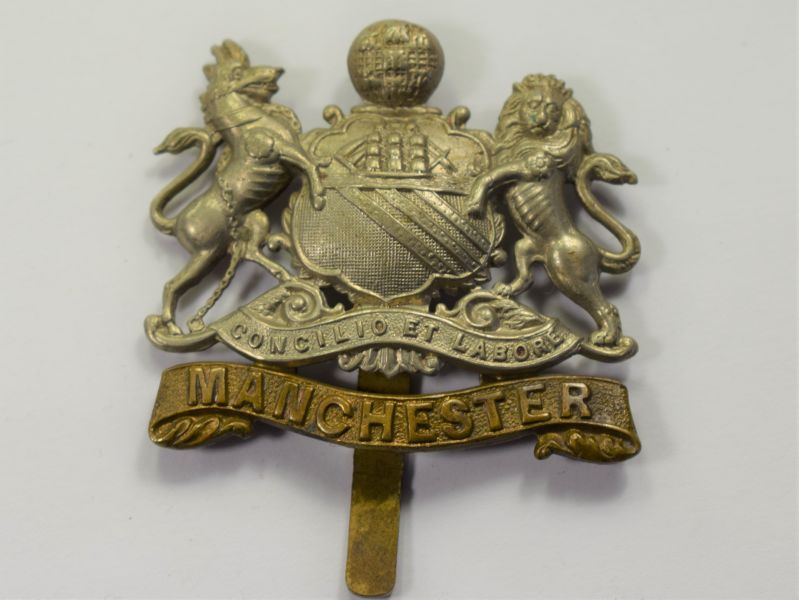 73) Good Original WW1 WW2 Manchester Regiment Bi-Metal Cap Badge