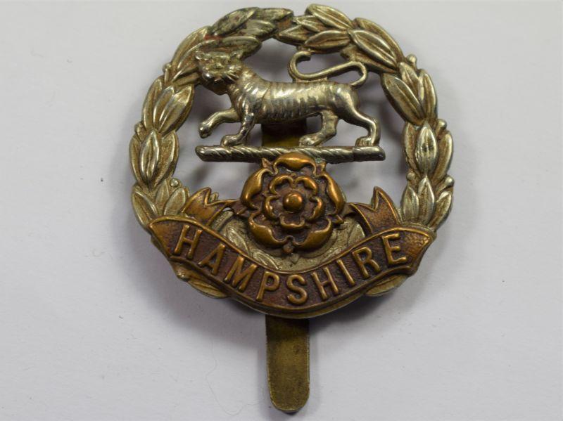 74) Good Original WW1 WW2 Hampshire Regiment Bi-Metal Cap Badge