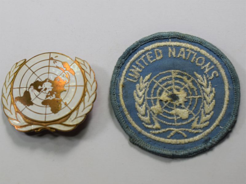 91) Original Vintage UN Enamelled Beret Badge & Cloth Sleeve Badge