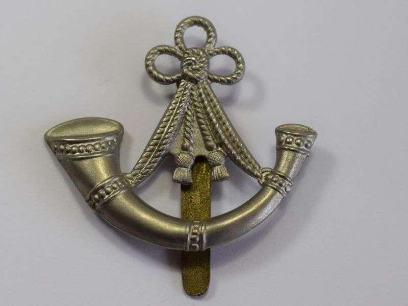 42) Good Original WW1 WW2 Ox & Bucks Light Infantry Cap Badge