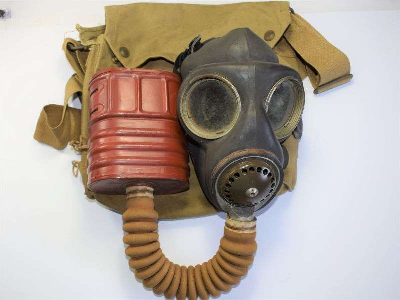 29) Excellent Soft Supple WW2 British Military Service Respirator & Haversack