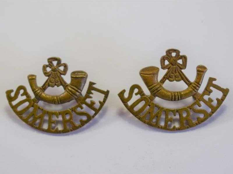 84) Original WW1 WW2 British Army Somerset LI Brass Shoulder Title Pair