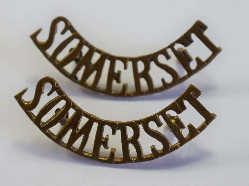 89) Original WW1 WW2 British Army Somerset Regt Brass Shoulder Title Pair