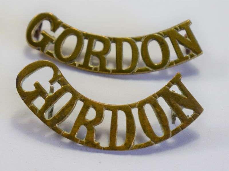 90) Original WW1 WW2 Scottish Gordan Highlanders Brass Shoulder Title Pair